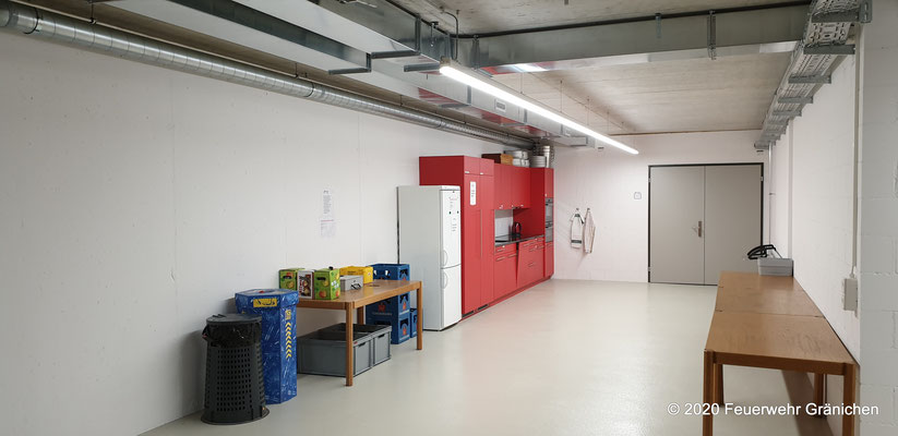 Küche mit Zugang zum Kompressorenraum