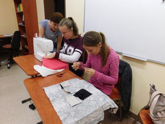 Rady doświadczonej krawcowej są bardzo cenne podczas początkowej nauki szycia - fot. Janusz Białas