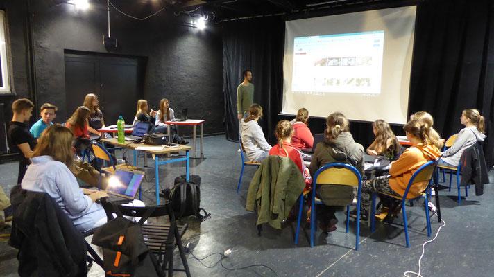 warsztat informatyczny -  Piotr opowiada o świecie youtube, którego nie widzimy jako użytkownicy - fot. Michał Szaliński
