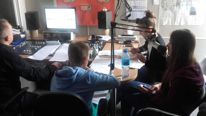 Jak w 1 minutę opowiedzieć wszystko, co potrzeba i tak, by każdy zrozumiał – prace nad newsem informacyjnym w studio Radia TOK FM – fot. Janusz Białas