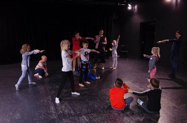 Dobry słuchacz to słuchacz uważny. Dzieci mogły się o tym przekonać ćwicząc tę umiejętność w teatralnej zabawie. – fot. Marta Pietunow