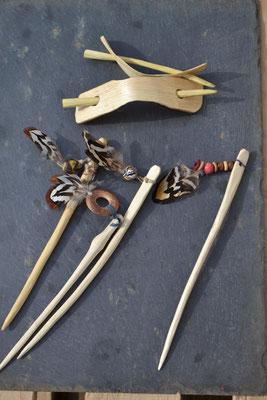 Broches à chignon et pics à cheveux décorés perles fantaisie et plumes