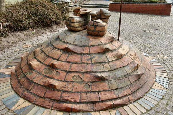 """Einst gab es in Kröpelin 135 Schuster - daran erinnert das Schusterdenkmal: die """"Siebenmeilenstiefel"""" der Keramikerin Dörte Michaelis"""