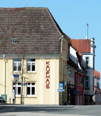 """Das """"Kaufhaus"""" am Markt, daneben eine Bäckerei und Apotheke"""