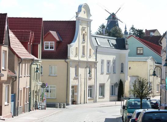 """Blick auf die """"versenkbare"""" Mühle, das Wahrzeichen Kröpelins. Der Mühlenverein bietet in loser Folge Veranstaltungen an."""