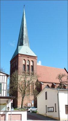 Die denkmalgeschützte evangelische Stadtkirche - die ältesten Teile stammen aus dem 13. Jhrdt.