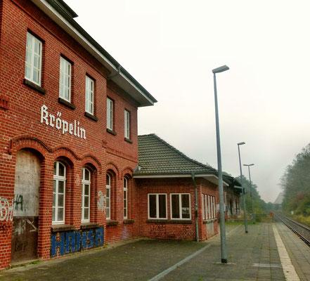 """Das Bahnhofsgebäude in Kröpelin - der alte Backsteinbau wird vom Verein """"De Drom"""" für Veranstaltungen unterschiedlichster Art genutzt."""