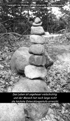 """lustige Stein-Pyramide, von Unbekannten am Wegrand aufgetürmt - Aufgenommen bei Feldberg (Mecklenburg), Wanderpfad am Schmalen Luzin. Gegend namens """"Hullerbusch""""."""