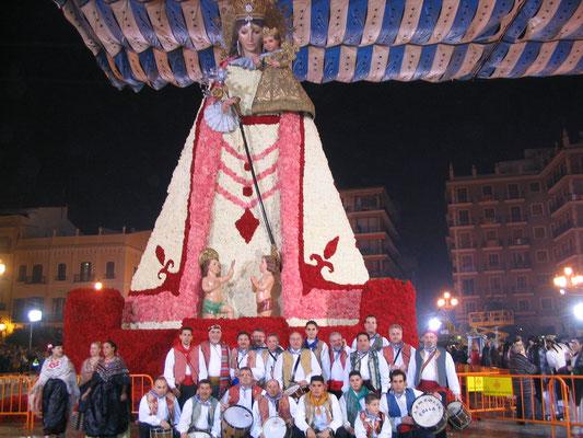 La Colla L´Embolic y Los Amigos de Sax junto a la Mare de Déu dels Desamparats, Fallas de Valencia.
