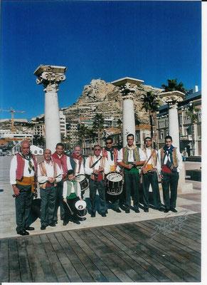 La Colla en el paseo del puerto de Alicante.
