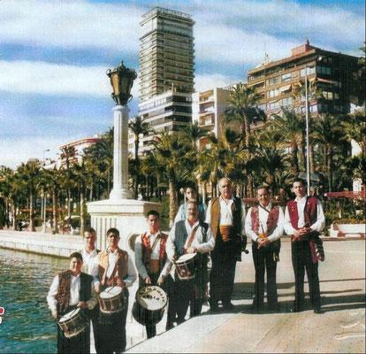 Dolçainers en el paseo del puerto de Alicante.