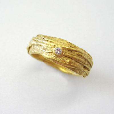 Ring aus 750er massivem Gelbgold, mit Brillant