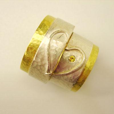 Partnerringe aus Silber und 750er Gelbgold und gelbem Saphir