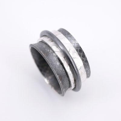 Dreiteiliger Silberring, teilweise geschwärzt