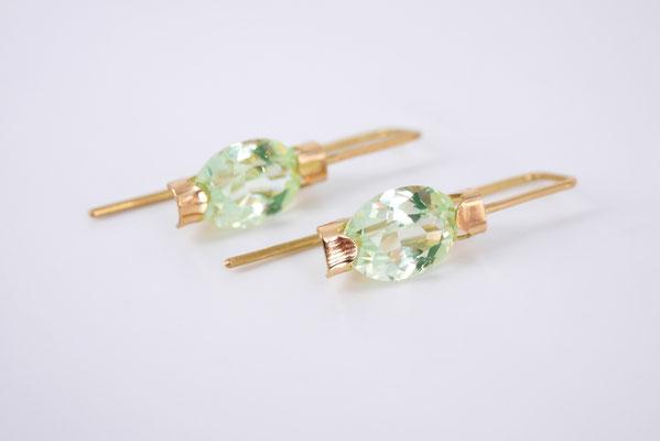 Ohrhänger aus feingoldplattiertem Silber mit hellgrünen synth. Spinellen