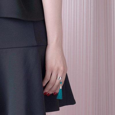 [Middle Finger Brooch]中指のためのブローチ(指輪)。繊細な絹糸タッセルを使った個性的なデザイン