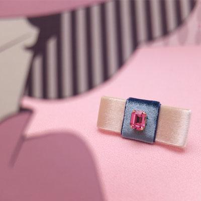 [Middle Finger Brooch〜Drink me!]「Drink me!」と書かれた小さな壜詰めをイメージした甘やかな配色の指輪