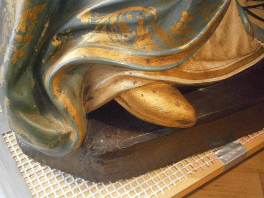 Voór restauratie - Toestand sterk gehechte (bruine) vervuiling en beschadigd goud. Foto: Sagrado Restauratie.