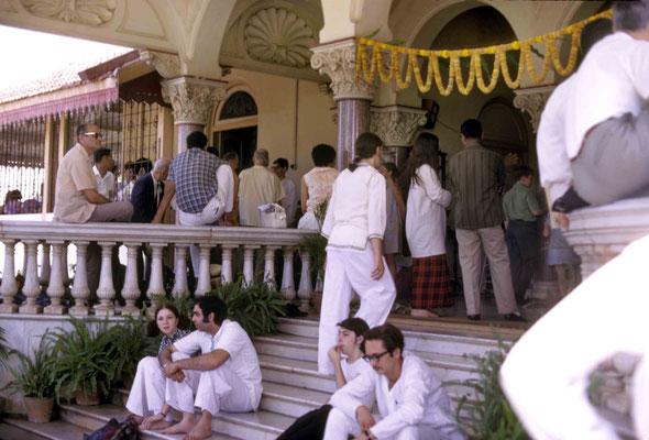 Visitors preparing to leave Guruprasad. Courtesy of Larry & Rita Karrasch