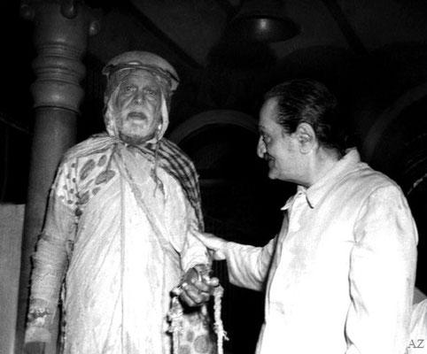 Meher Baba with Saint Gadge Maharaj at Maharaj's Dharamshala, Pandharpur
