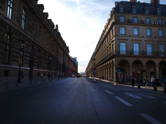 Rue de Rivoli entrance ( left ) at the lights