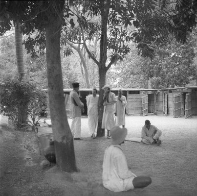 MSI Collection ; possibly Rahuri, India - Meher Baba & Norina Matchabelli talking to Ramjoo