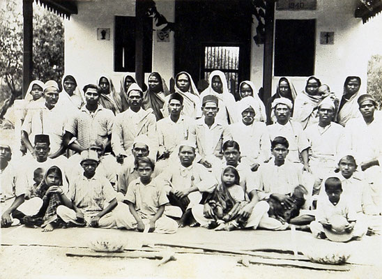 1940 : Meher Kuti at Mandla with staff. Courtesy of the Jessawala Collection.