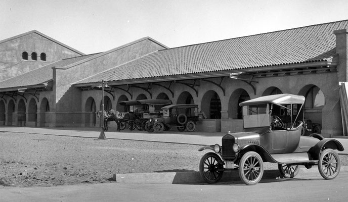 In the 1930s, horse-drawn wagons and small delivery trucks loaded and unloaded on the mail-express wing of the station.