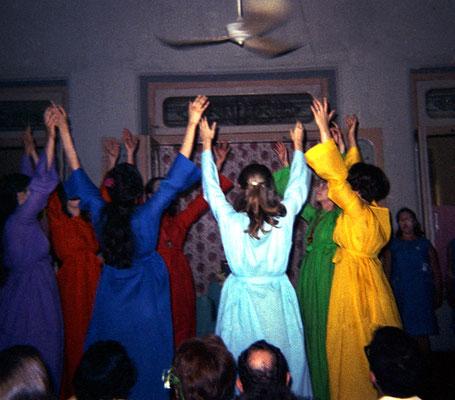 1969 : Dance performance at Guruprasad. Image courtesy of Teri Adams