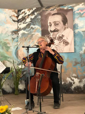 Robert Een guest musician at Meherana Spiritual Center, California