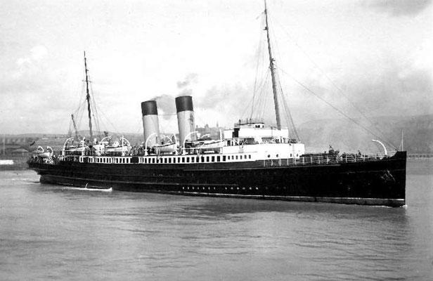 1933 : Leaving Folkestone Harbour.