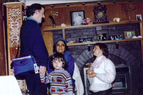 Anthony Zois ( standing ), Tom, Meheru & Jasmine ( right ) at Liz's home.