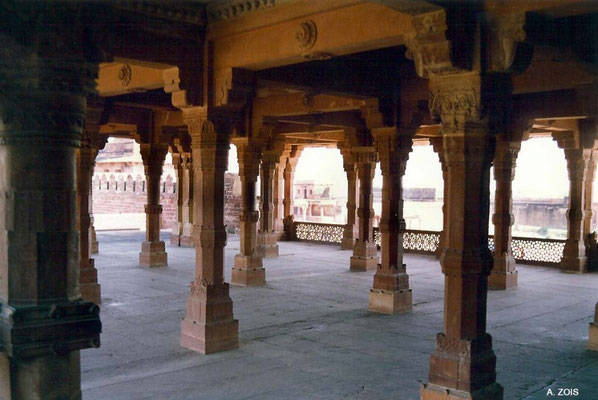 Photo taken by Anthony Zois 1988 ; Fatehpur Sikri - Panch Mahal - Ground floor