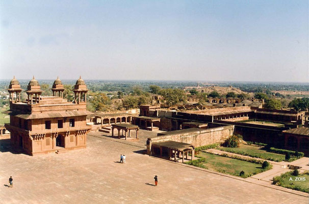 Photo taken by Anthony Zois 1988 ; Fatehpur Sikri - Panch Mahal - top floor view of the Ibadat Khana & Courtyard
