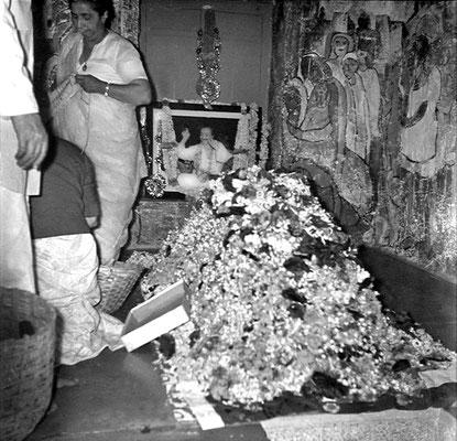 1970 :  Inside Meher Baba Samadhi. Courtesy of the Sriramamoorthy Collection @ AMBCCPT, INDIA