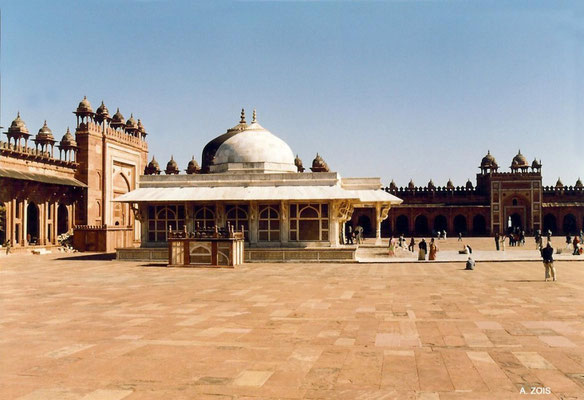 Fatehpur Sikri_N-W section of the Congregational Courtyard with Salim Christi's Tomb & King's Gate