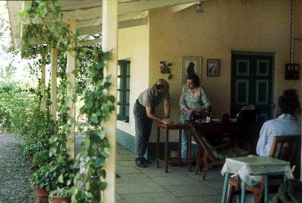 1975 -  Mani talking to Reg Paffle ; photo by Anthony Zois