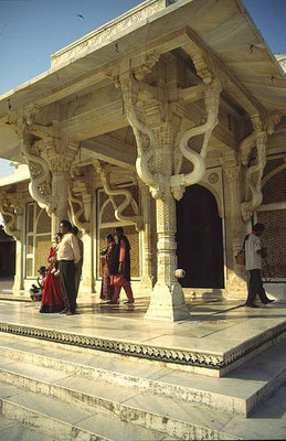 Salim Christi's Tomb - entrance
