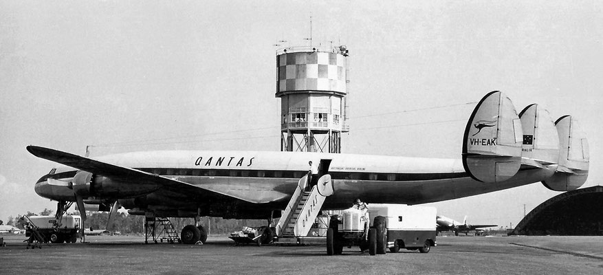 1956 : Qantas Constellation refuelling at Darwin Airport
