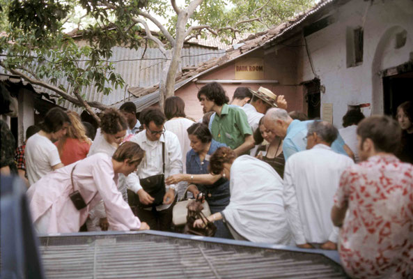 Visitors at Baba's home in Poona. Courtesy of Larry & Rita Karrasch