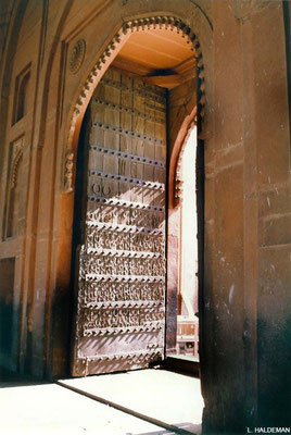 Photo taken by Lyn Haldeman 1988 ; Fatehpur Sikri - Gate with horse shoes