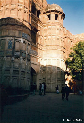 Photo taken by Lyn Haldeman 1988 ; Agra Fort entrance