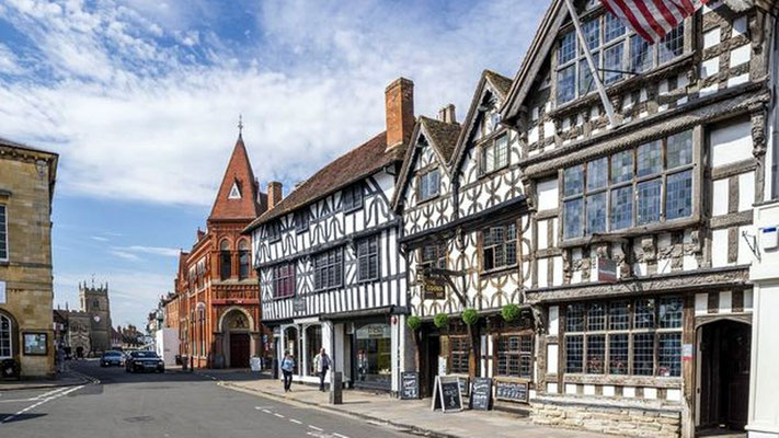 Stratford-upon-Avon-High-Street-with-Harvard-House
