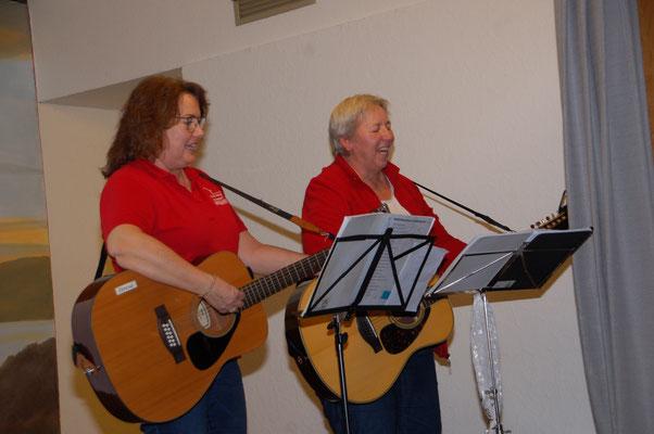 Ulrike Schilling und Teresa Stelter von der Asendorfer Gitarrengruppe