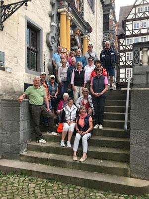 Reisegruppe vor dem Rathaus in Hann-Münden (© M. Grafe-Schröder)