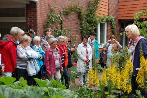 Maria Moormann (rechts) beantwortet Fragen zur ihrem imposanten Garten