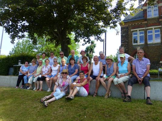 Reisegruppe am Binger Loch, der Mündung der Lahn in den Rhein