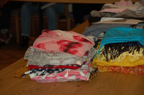 Schals und Tücher in Hülle und Fülle und in jeder Größe hat Pamele Warnke mitgebracht.