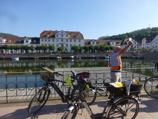 Info durch Reiseleiter Walter Homfeld am historischen Haffen  in Bad Karlshafen © Ina Homfeld
