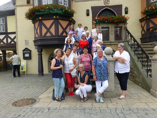 Reisegruppe vor dem Rathaus in Wernigerode  (© Ina Homfeld)